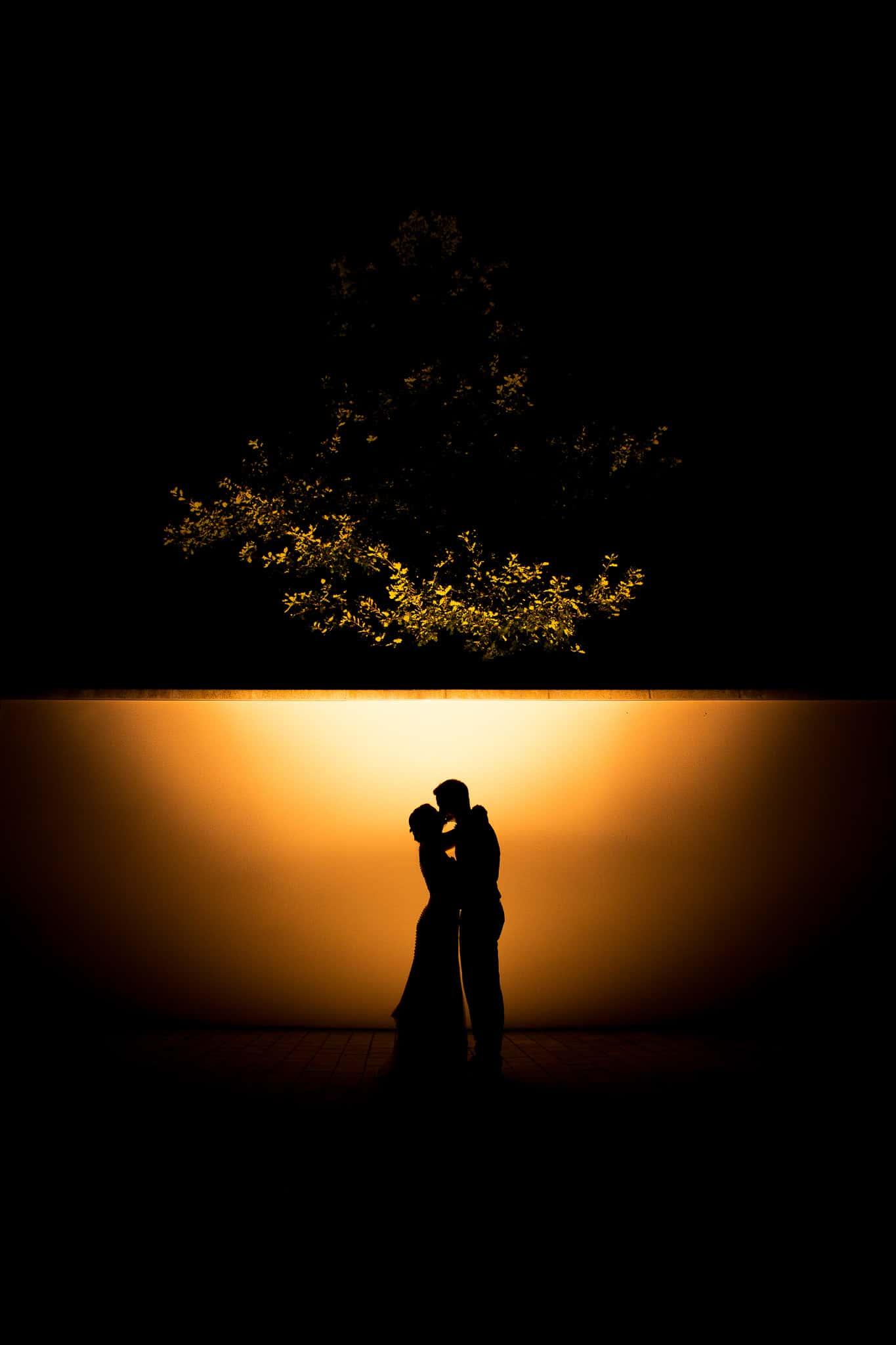 Paar steht vor einer Wand - Silhouette