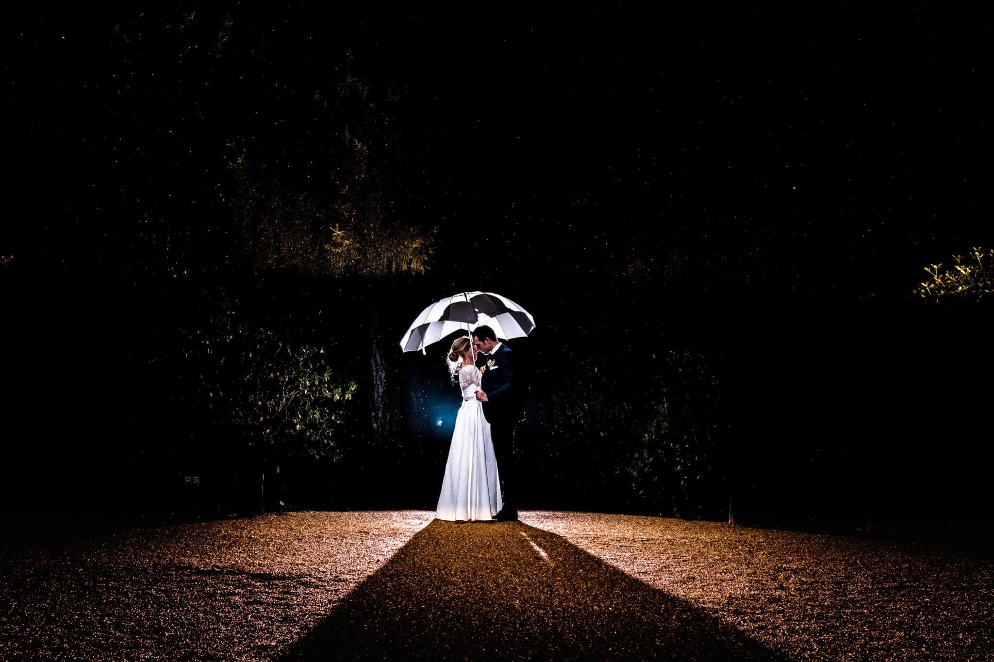 Paar unter Schirm mit Godox Blitz