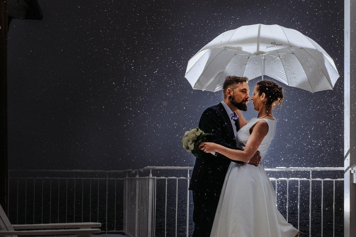 Paar unter Schirm von hinten angeblitzt - Godox