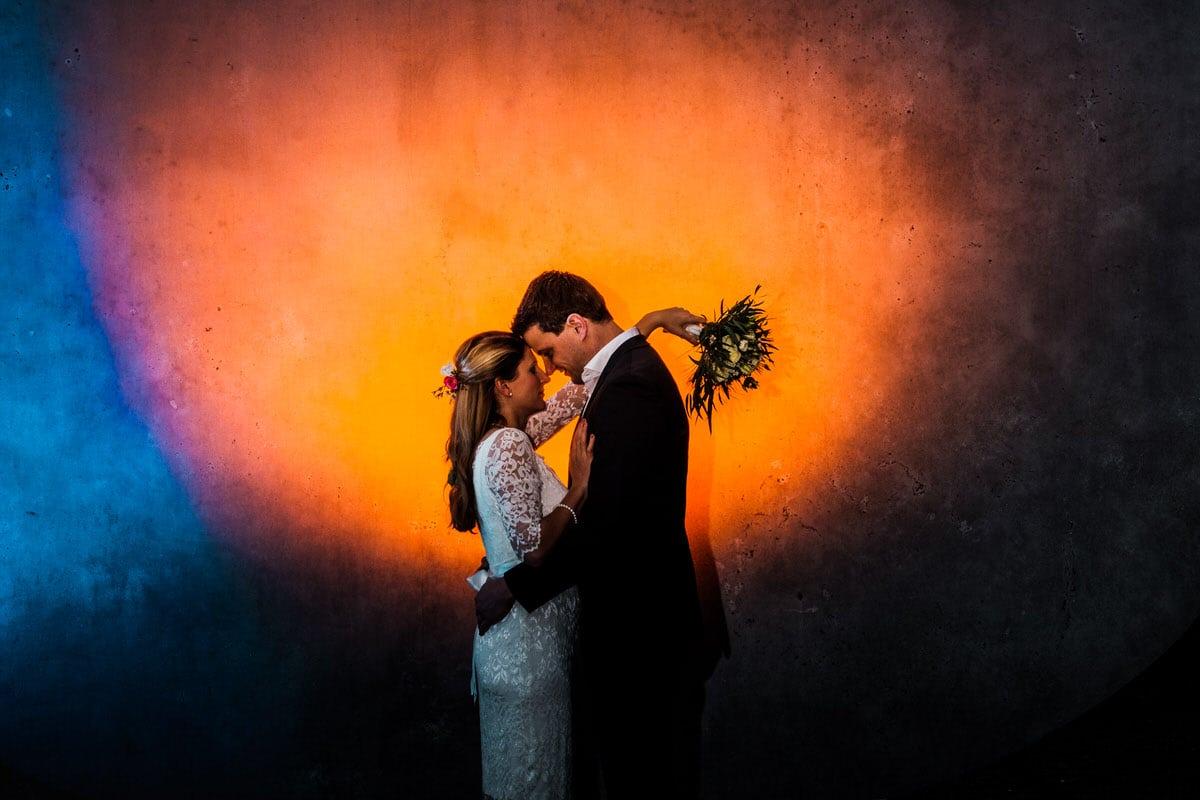 Verliebtes Paar vor einer farbigen Wand